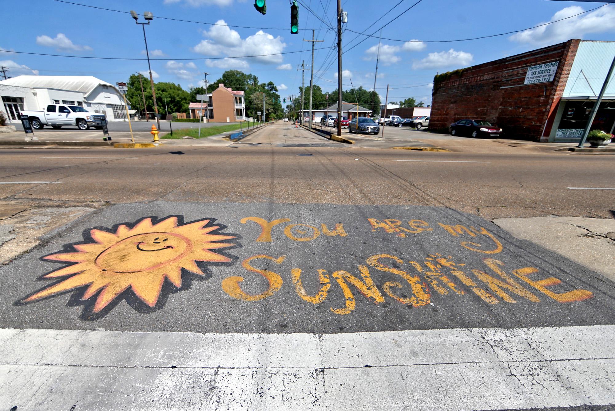 Un alegre cartel pintado en el camino en el centro de Opelousas, Luisiana. Foto de Michael Democker.