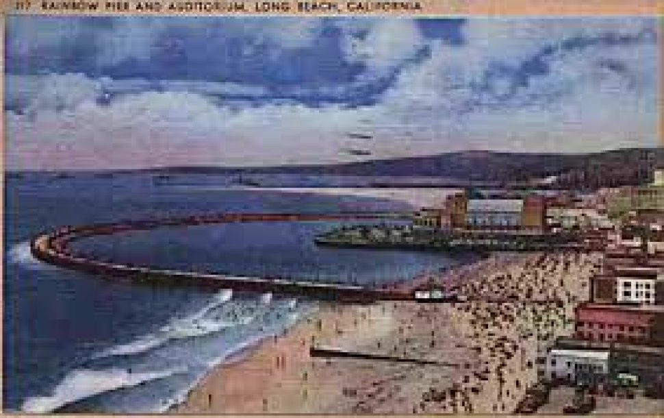 A Color postcard of Rainbow Pier and the Municipal Auditorium in 1939.