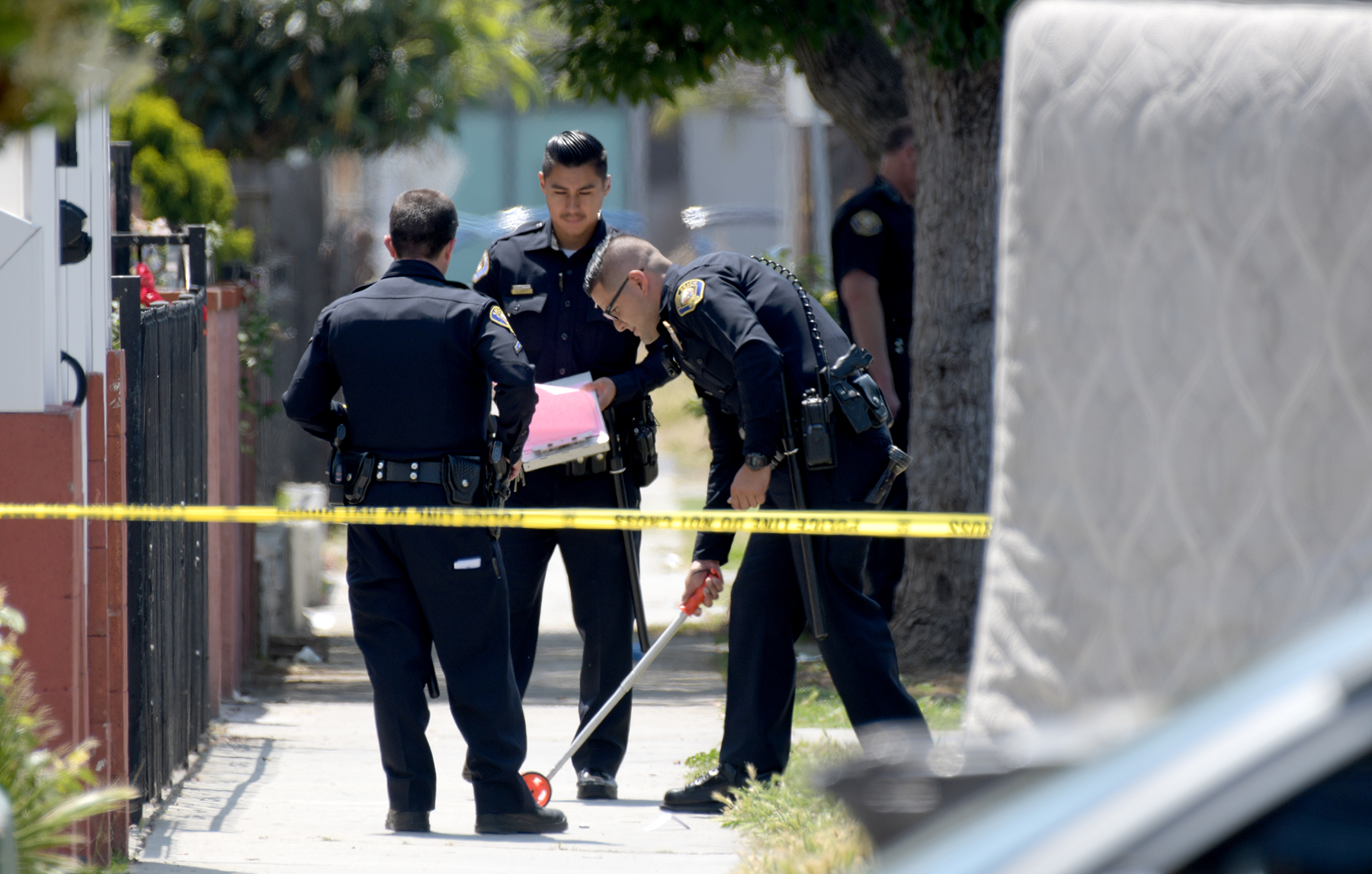Long Beach police officers investigate a shooting where a man was shot and wounded on the 400 block of East 17th Street. Photo by Thomas R. Cordova.